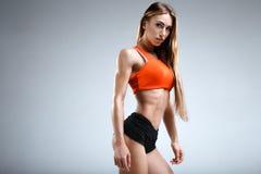 Amincissez le modèle femelle de forme physique dans le studio blanc Photographie stock libre de droits
