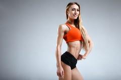 Amincissez le modèle femelle de forme physique dans le studio blanc Photo libre de droits