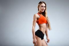 Amincissez le modèle femelle de forme physique dans le studio blanc Photos libres de droits