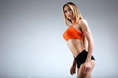 Amincissez le modèle femelle de forme physique dans le studio blanc Image libre de droits