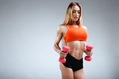 Amincissez le modèle femelle de forme physique dans le studio blanc Image stock
