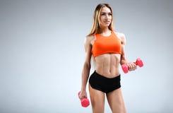 Amincissez le modèle femelle de forme physique dans le studio blanc Photos stock