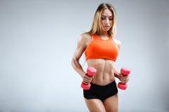 Amincissez le modèle femelle de forme physique dans le studio blanc Photographie stock