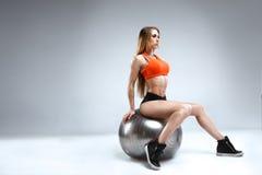 Amincissez le modèle femelle de forme physique dans le studio blanc Photo stock