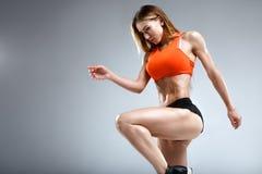 Amincissez le modèle femelle de forme physique dans le studio blanc Images stock