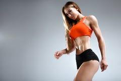 Amincissez le modèle femelle de forme physique dans le studio blanc Images libres de droits