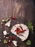 Amincissez le pain croustillant avec de la farine de pois chiche les poivrons colorés épicés amers, cilantro sur le fond en bois  Photographie stock libre de droits