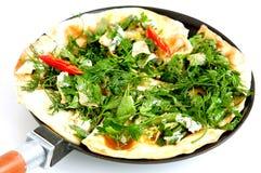 Amincissez le pain pita arménien avec du fromage, le poivre et les herbes Photo libre de droits
