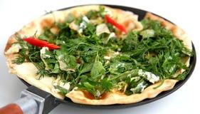 Amincissez le pain pita arménien avec du fromage, le poivre et les herbes Images libres de droits