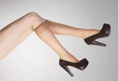 Amincissez les bas courts sur les jambes sexy avec des talons hauts Image stock