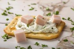 Amincissez les biscuits croustillants avec le fromage fondu, le jambon et les herbes Photo libre de droits