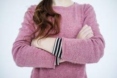 Amincissez les bras debout de jeune fille croisés sur le fond blanc Photos libres de droits