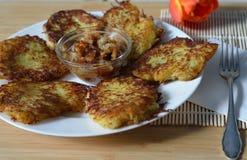 Amincissez les crêpes brunes de pommes de terre rissolées de pomme de terre à l'oignon et au saindoux Image stock