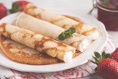 Amincissez les crêpes chaudes avec le fromage blanc et les fraises Sain Image libre de droits