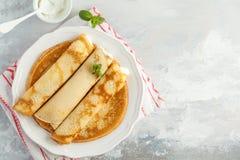 Amincissez les crêpes chaudes avec le fromage blanc, l'espace de copie, vue supérieure Hea Photos stock