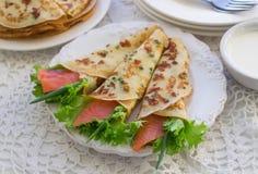 Amincissez les crêpes roulées, crêpes avec des saumons Russe traditionnel Image stock