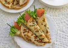 Amincissez les crêpes roulées, crêpes avec des saumons Russe traditionnel Photos stock