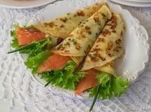 Amincissez les crêpes roulées, crêpes avec des saumons Russe traditionnel Photos libres de droits