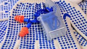 Amincissez les gants de travail avec les boutons bleus et les prises d'oreille sur une surface tournante, clips vidéos