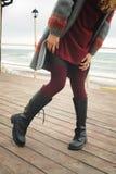 Amincissez les jambes femelles habillées dans des bottes de haute de genou avec des dentelles et des bas tricotés Photo stock