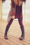 Amincissez les jambes femelles habillées dans des chaussures en cuir avec des dentelles et tricotées Images stock