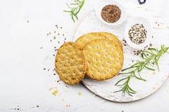 Amincissez les pains croustillants de grain pour le petit déjeuner avec des graines de lin et des graines de sésame sur un fond c Photo stock