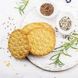 Amincissez les pains croustillants de grain pour le petit déjeuner avec des graines de lin et des graines de sésame sur un fond c Image libre de droits