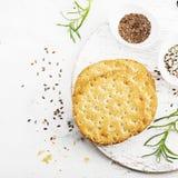 Amincissez les pains croustillants de grain pour le petit déjeuner avec des graines de lin et des graines de sésame sur un fond c Photographie stock