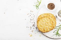 Amincissez les pains croustillants de grain pour le petit déjeuner avec des graines de lin et des graines de sésame sur un fond c Image stock
