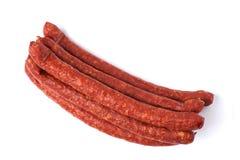 Amincissez les saucisses fumées d'isolement sur un fond blanc Photo libre de droits