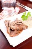 Amincissez les tranches de viande de coupe avec de la sauce thaïlandaise à sauce au jus Images libres de droits
