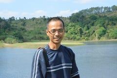 Amincissez les yeux de port d'homme asiatique en verre avec le SM de mode de cheveux de tête de peau Images libres de droits