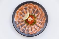 Amincissez Salmon Sashimi Served découpé en tranches avec l'oignon blanc, Ikura Salmon Roe, hachez le radis et le citron coupé en Image libre de droits