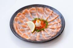 Amincissez Salmon Sashimi Served découpé en tranches avec l'oignon blanc, Ikura Salmon Roe, hachez le radis et le citron coupé en Images stock