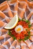 Amincissez Salmon Sashimi Served découpé en tranches avec l'oignon blanc, Ikura Salmon Roe, hachez le radis et le citron coupé en Photo libre de droits