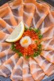 Amincissez Salmon Sashimi Served découpé en tranches avec l'oignon blanc, Ikura Salmon Roe, hachez le radis et le citron coupé en Photos stock