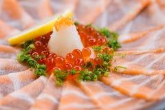 Amincissez Salmon Sashimi Served découpé en tranches avec l'oignon blanc, Ikura Salmon Roe, hachez le radis et le citron coupé en Photos libres de droits