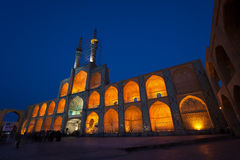 Amir Chakhmaq Mosque lumineux de Yazd contre le ciel bleu-foncé Images libres de droits