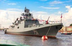 Amiral Essen de bateau de patrouille sur la rivière de Neva pour le jour de marine Image libre de droits