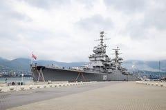 Amiral Kutuzov de navire de guerre Le secteur du port de message publicitaire de mer de Novorossiysk Images stock