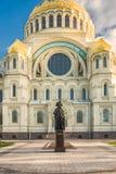 Amiral naval Fyodor Ushakov de monument devant la cathédrale navale de Saint-Nicolas dans Kronstadt, Russie Photos stock