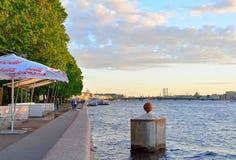 Amiralitetet invallning av den Neva floden i St Petersburg Royaltyfria Bilder