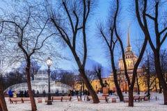 Amiralitetet och Alexander Garden i mitten av St Petersburg, Royaltyfri Fotografi