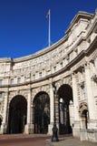 Amiralitetet välva sig - ingången från Trafalgar Square till PA för StJames ` s arkivbild