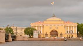 Amirauté et bateau sur la rivière de Neva dans le jour nuageux en été Photos libres de droits