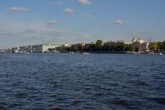 Amirauté et bateau sur le Neva Photos libres de droits