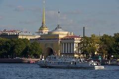 Amirauté et bateau sur le Neva Photos stock