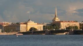 Amirauté et le pont de palais sur la rivière de Neva pendant l'été - St Petersburg, Russie Images libres de droits