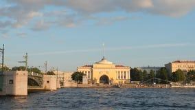Amirauté, pont de palais et bateaux sur la rivière de Neva Image libre de droits