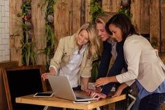 Amis à l'aide d'un ordinateur portatif Photo libre de droits
